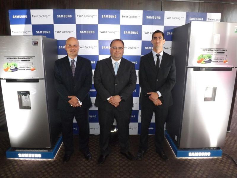 Italo Zolezzi, Fabio Vascones, Gerente de la División Linea Blanca y Rodrigo Vargas Caballero, analista de producto en refrigeracion
